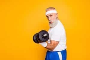 muscler ses bras après 60 ans.